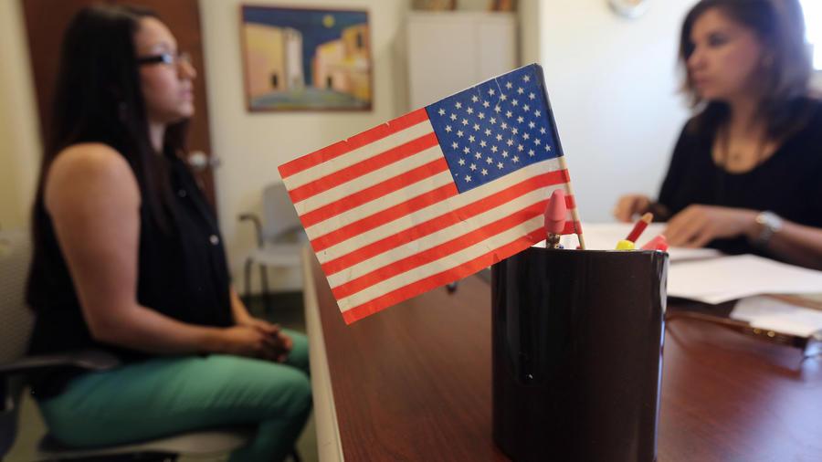 Una inmigrante toma su test de ciudadanía en Nueva York en 2013.