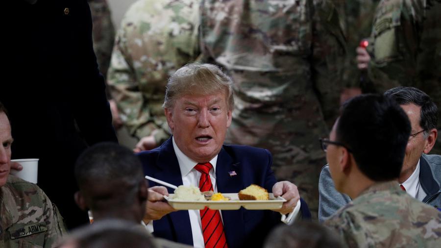 Donald Trump reunido con tropas en una cena del Día de Acción de Gracias en Afganistán
