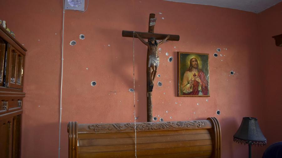 Agujeros de bala en un hogar de Villa Unión tras el ataque del narco el sábado.