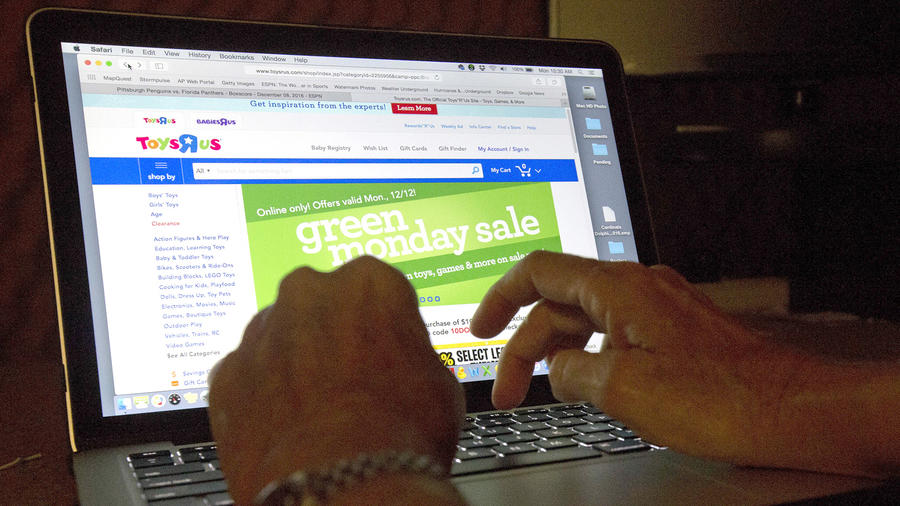 Imagen de archivo de un comprador online siguiendo una falsa campaña de descuentos.