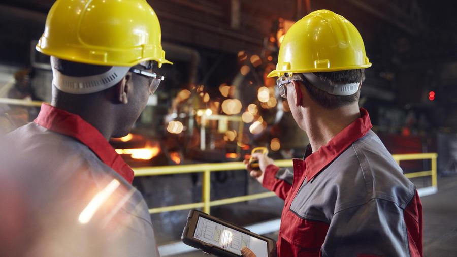 Trabajadores en una fábrica de acero.