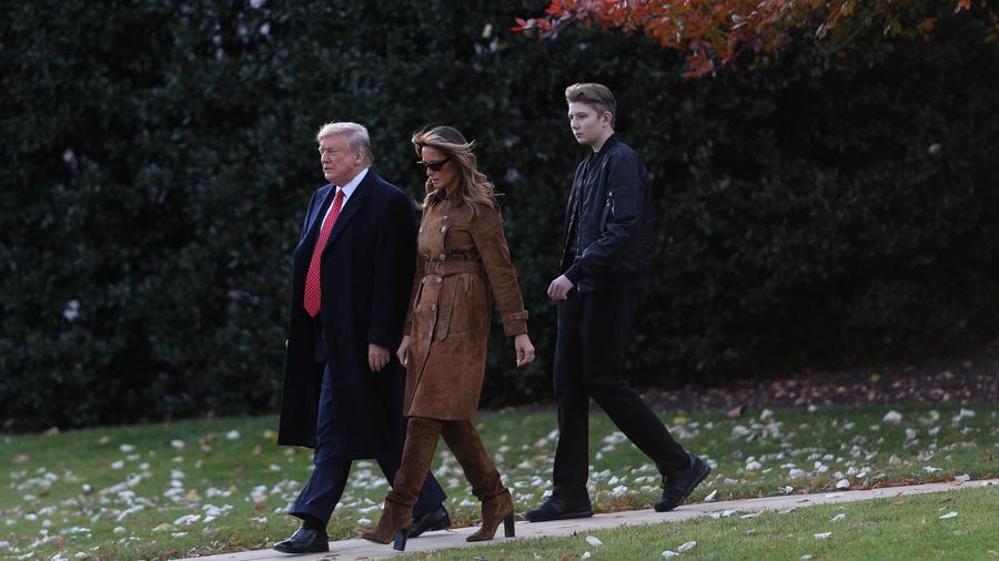 Donald y Melania Trump caminan seguidos de su hijo Barron, en la Casa Blanca, el 26 de noviembre de 2019/Reuters