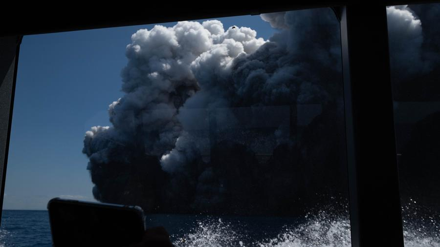 La erupción del volcán de White Island, en Nueva Zelanda, en una imagen tomada por un turista que se encontraba en la isla pocos minutos antes.