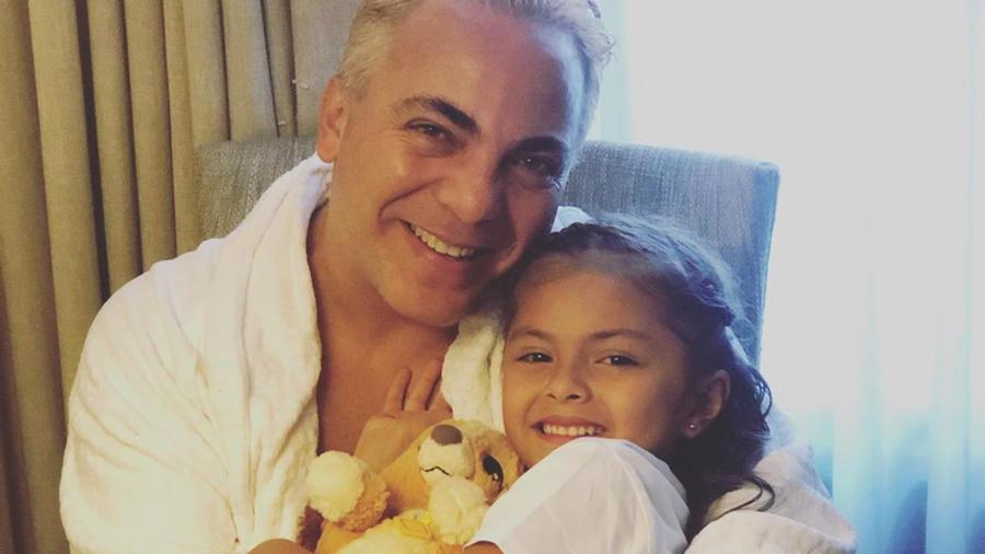 Cristian Castro y Rafaela Castro abrazados