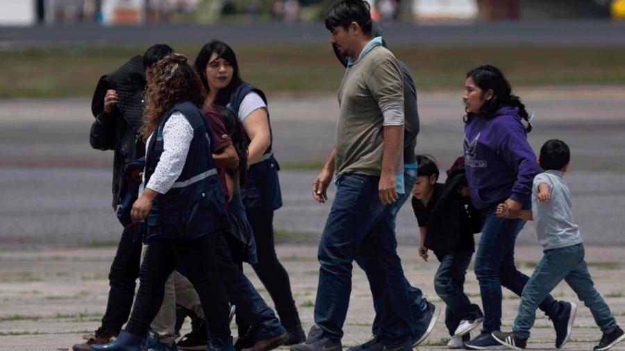 Una familia guatemalteca llega a su país tras ser deportada de Estados Unidos.