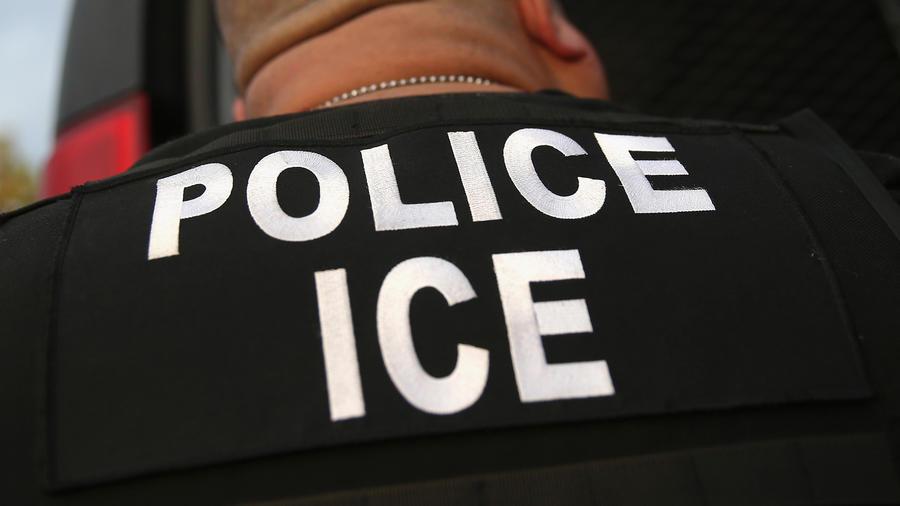 Un agente del Servicio de Control de Inmigración y Aduanas