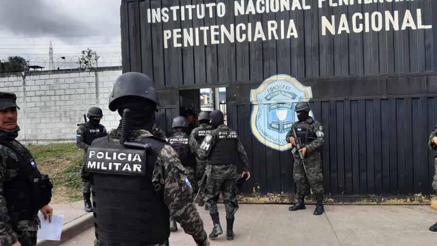 Policías militares hondureños en el exterior de una instalación del Instituto Nacional Penitenciario del país.