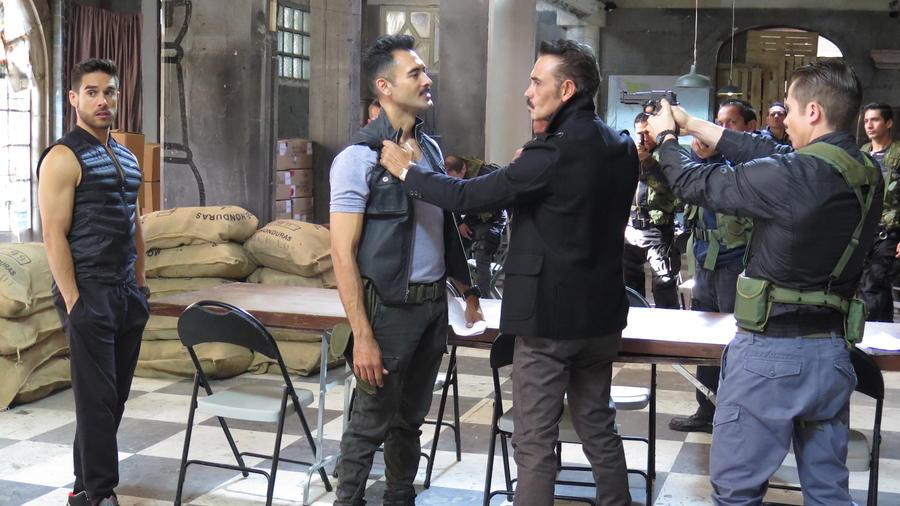 Sebastián Ferrat (segundo por la izquierda), en la Ciudad de México en abril de 2015 durante la grabación de una escena de 'El Señor de los Cielos'.