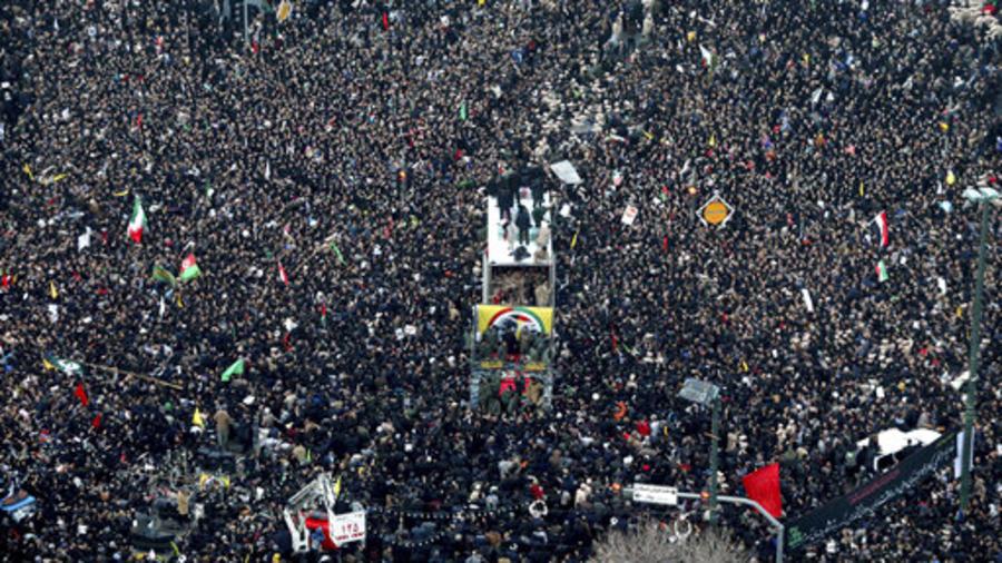 Procesión funeraria para el general Qassem Soleimani y otros fallecidos en un ataque estadounidense del pasado viernes, este domingo en Irán.