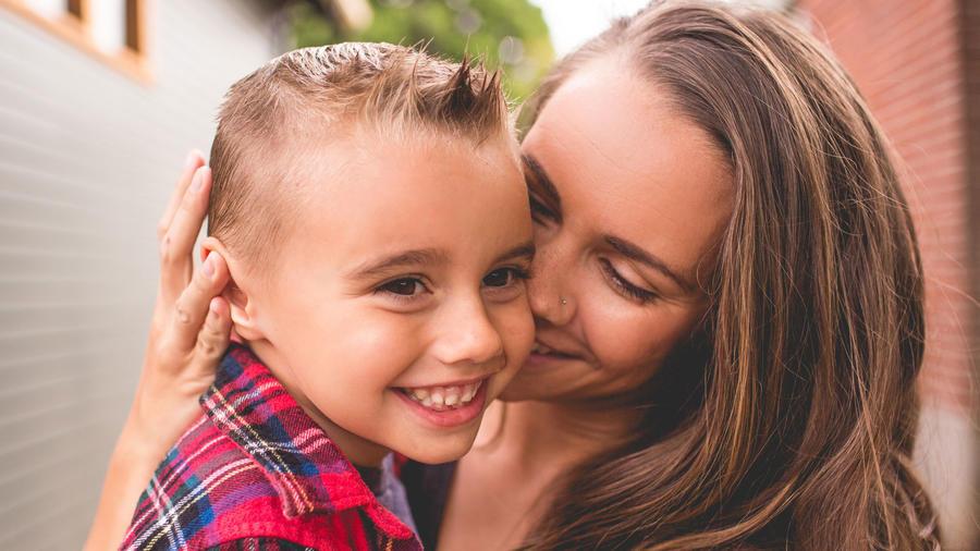 Niño y mamá felices