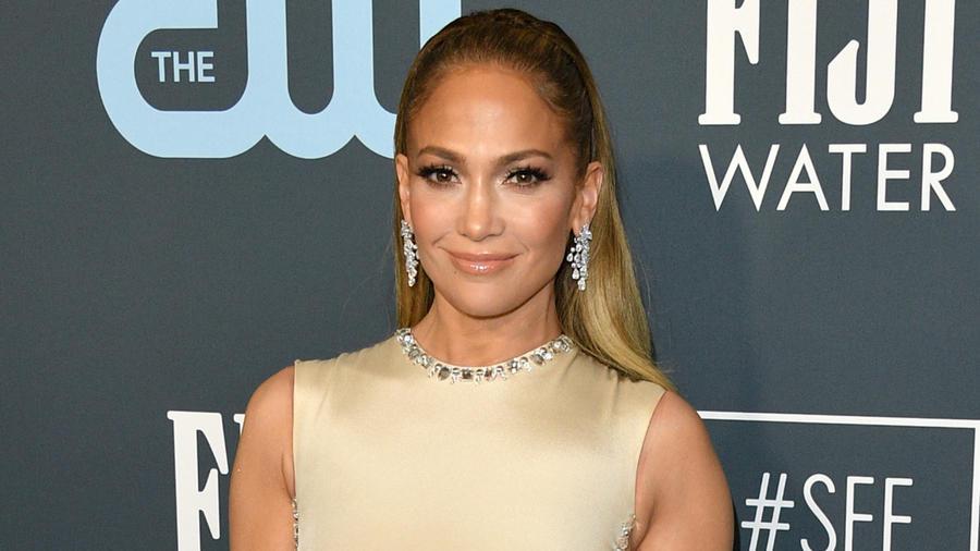 Jennifer Lopez en la 25a gala Anual de Critics Choice Awards celebrada en Barker Hangar, Santa Mónica, California