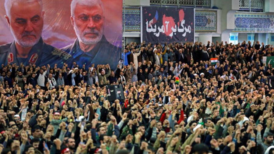 Una multitud asiste al sermón del líder supremo de Irán durante las oraciones de este viernes.