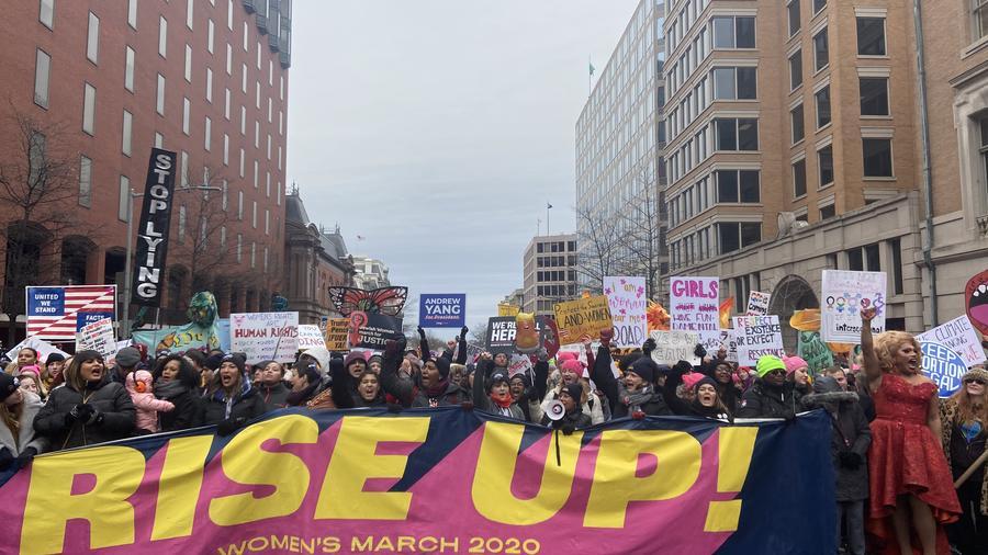 Miles de manifestantes, lideradas por el colectivo chileno Las Tesis, marchan hacia la Casa Blanca contra Trump