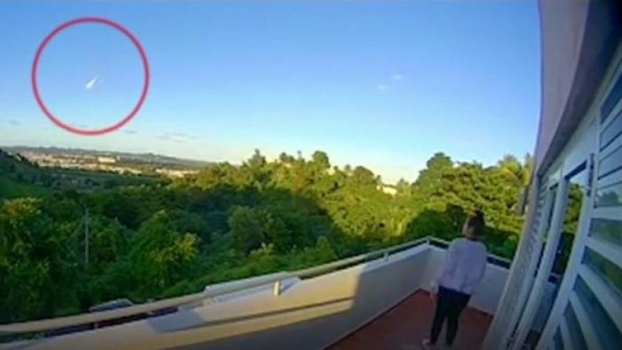 Un instante del cruce de un meteoro avistado este viernes en Puerto Rico, captado en un video.