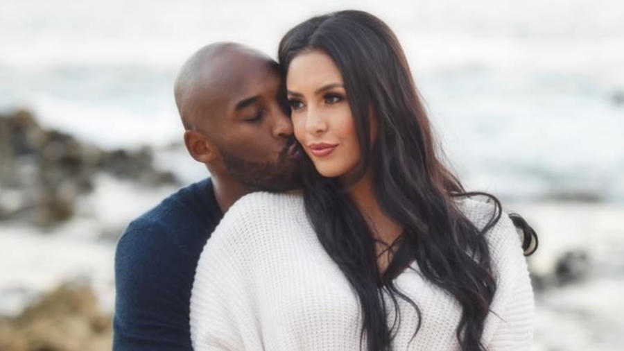 Kobe Bryant y su esposa Vanessa Laine abrazados