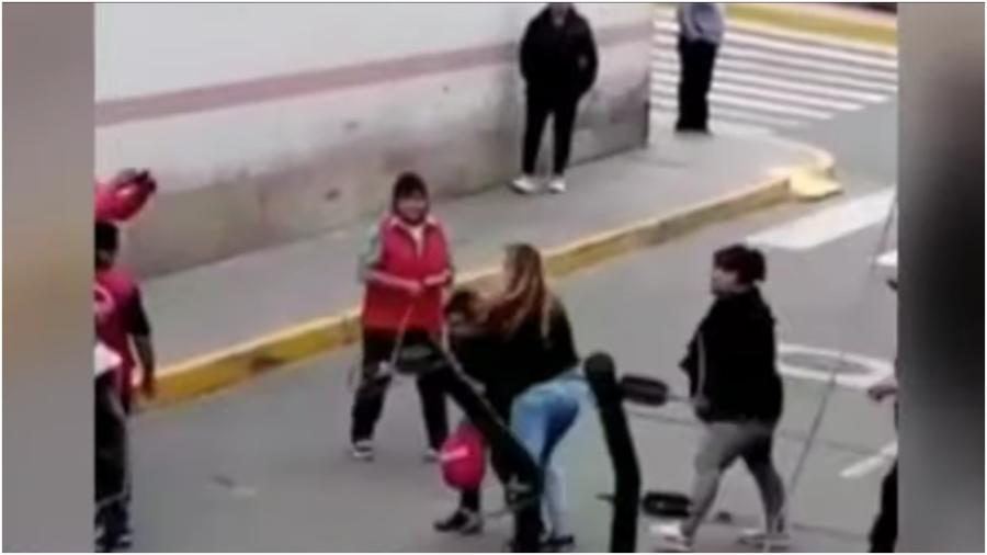 Muejer golpea a supuesta amante de su esposo en la calle