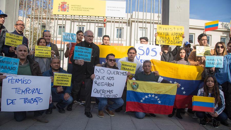 Un grupo de migrantes venezolanos durante una manifestación frente al Ministerio del Trabajo de España.