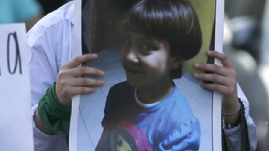 Una fotografía de Fátima, de 7 años, durante la procesión fúnebre por la niña, el 17 de febrero de 2020.