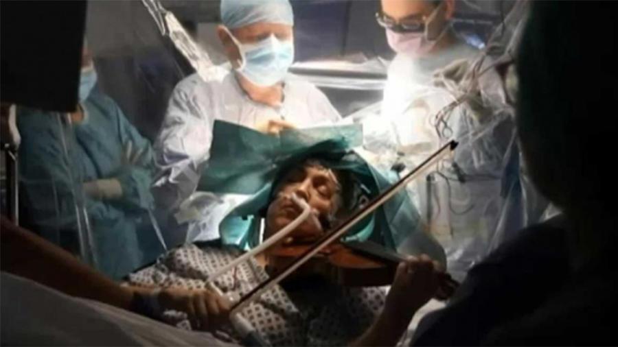 Toca violín mientras la operan del cerebro