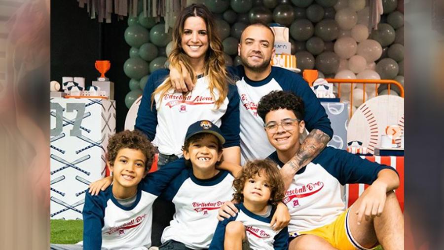Nacho, Inger y sus hijos posando juntos