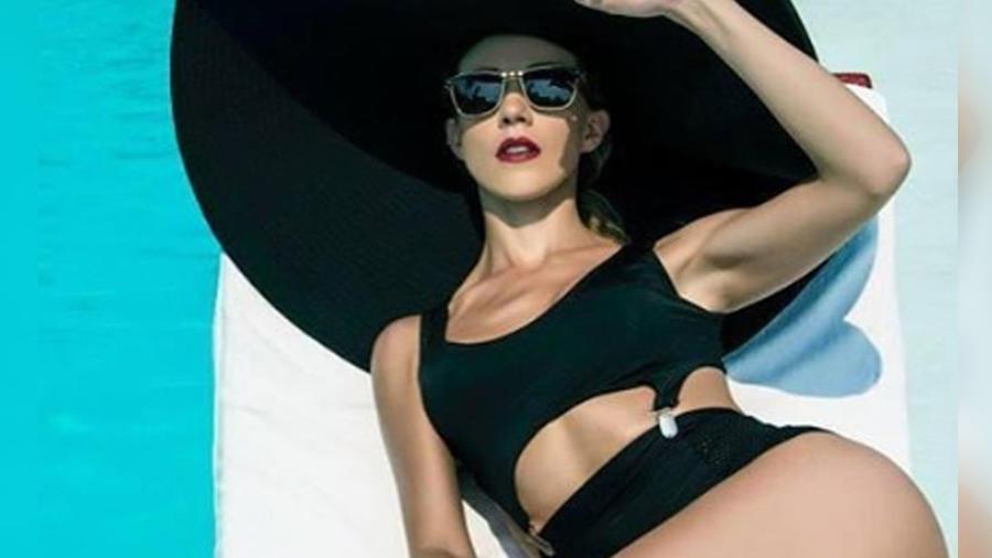 Fernanda Castillo posando en bikini negro