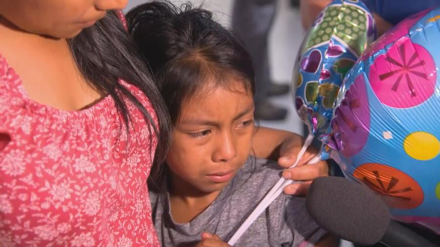 La menor Janne, de siete años, se reúne con su madre Buena Ventura Martin Godinez, tras haber sido separados por la Patrulla Fronteriza cuando cruzaron la frontera de Estados Unidos escapando de Guatemala.