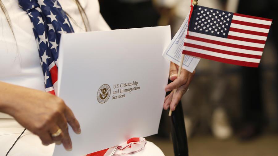 Una mujer sostiene los papeles que la reconocen como ciudadana estadounidense, en una imagen de archivo.