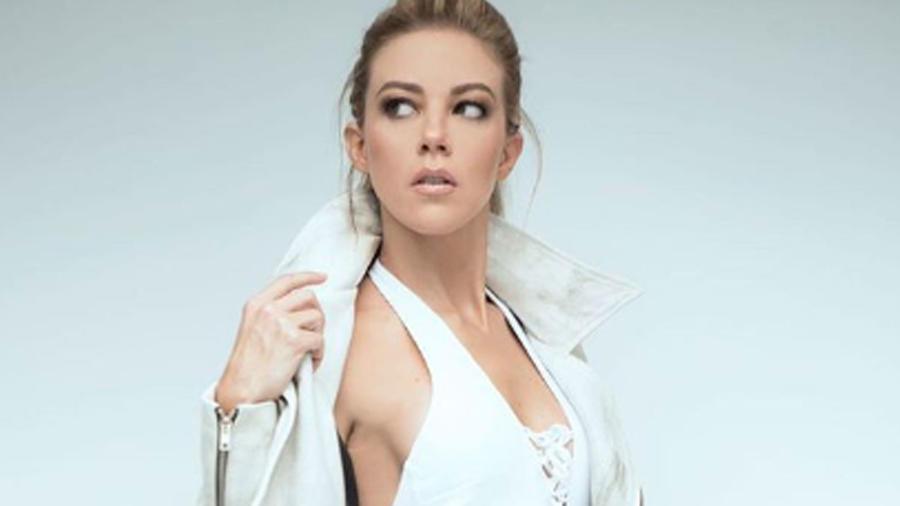 Fernanda Castillo posando en bikini blanco