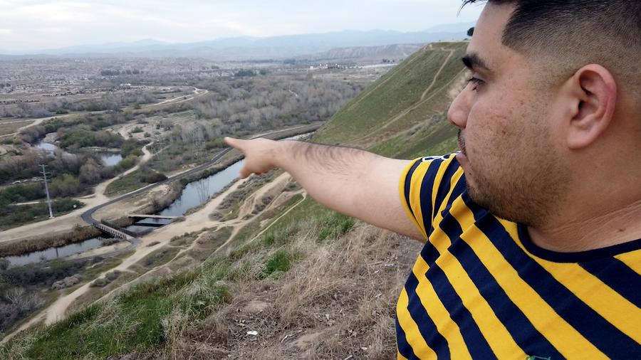 Gustavo Aguirre Jr., coordinador de la Red de Justicia Ambiental del Centro de California, señala las más de 10,000 bombas de pozos petroleros en Bakersfield, California, el 27 de marzo de 2020.