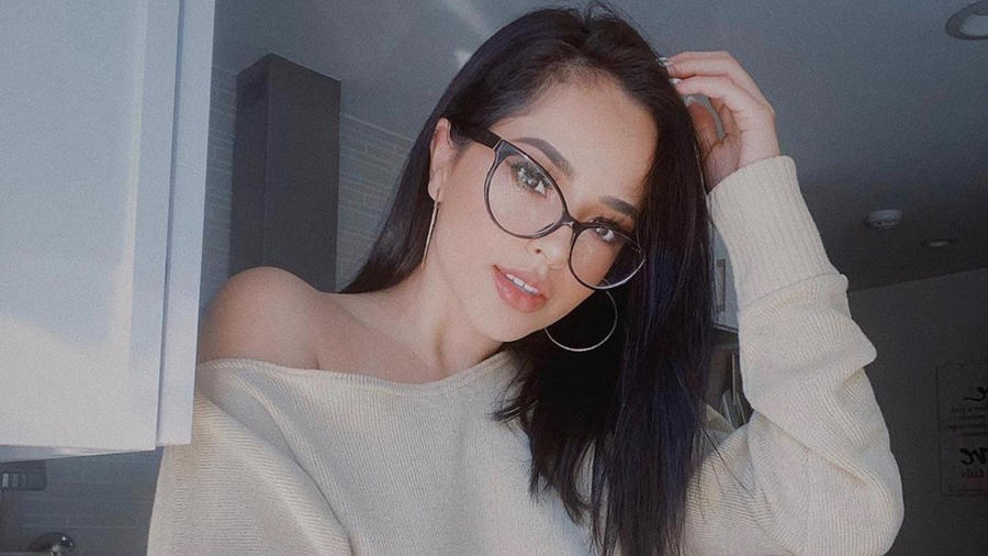 Becky G con lentes