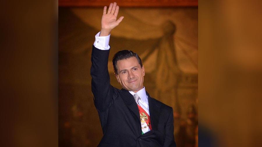 Enrique Peña Nieto saludando