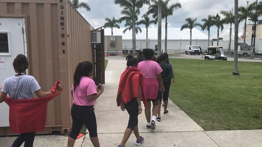 El gobierno tiene bajo su custodia a 3,100 niños y jóvenes indocumentados en albergues en todo el país mientras evalúa si entregarlos a sus padres o familiares en EEUU