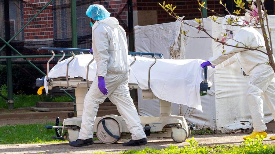 Personal médico transporta el cuerpo de una persona muerta por coronavirus en Nueva York