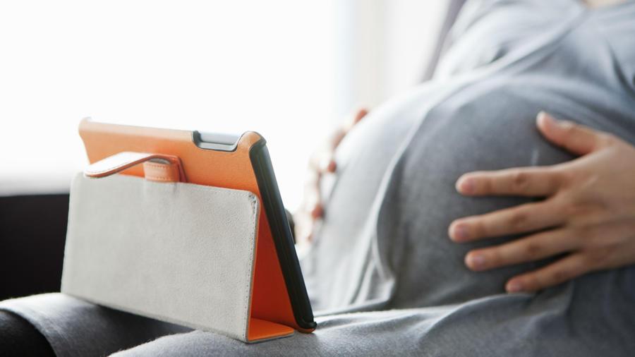 Mujer embarazada haciendo videollamada con su médico