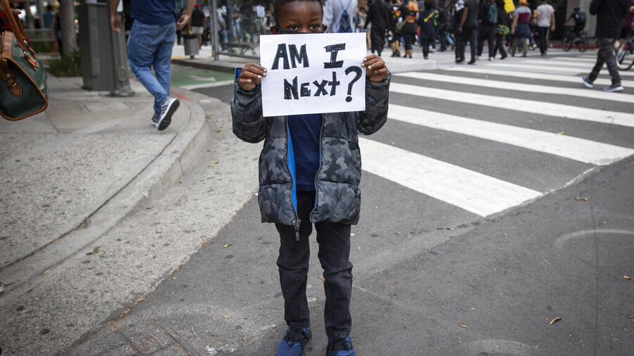Un niño en una manifestación en Los Ángeles.