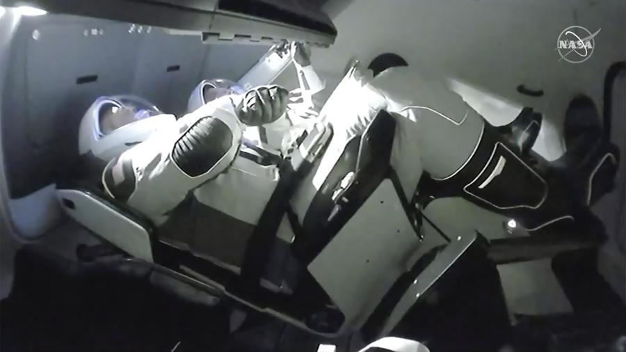 Los astronautas Doug Hurley, a la izquierda, y Bob Behnken, en la fase de llegada a la ISS con la nave de SpaceX en la que viajaron entre este sábado y domingo desde Florida.