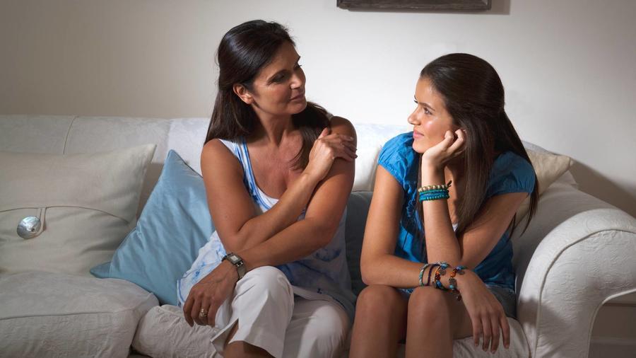 Mamá platicando con hija adolescente