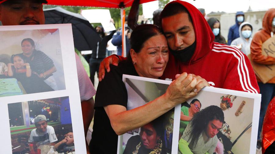 Lucy Carbajal lamenta la muerte de su hijo Bernardo Palacio-Carbajal, abatido el pasado sábado por policías que lo perseguían en Salt Lake City, Utah.