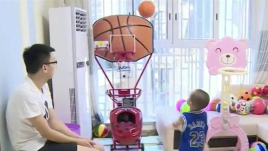 Niño 2 años baloncesto