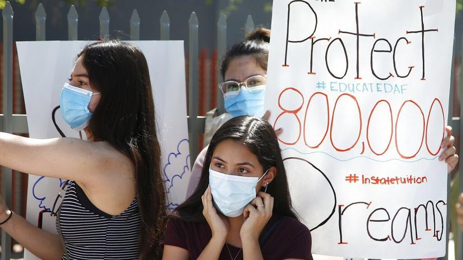 Jovenes beneficiarias de DACA asisten a una conferencia de prensa frente a un edificio de ICE en Phoenix, Arizona, tras el fallo de la Corte Suprema sobre ese programa en junio.