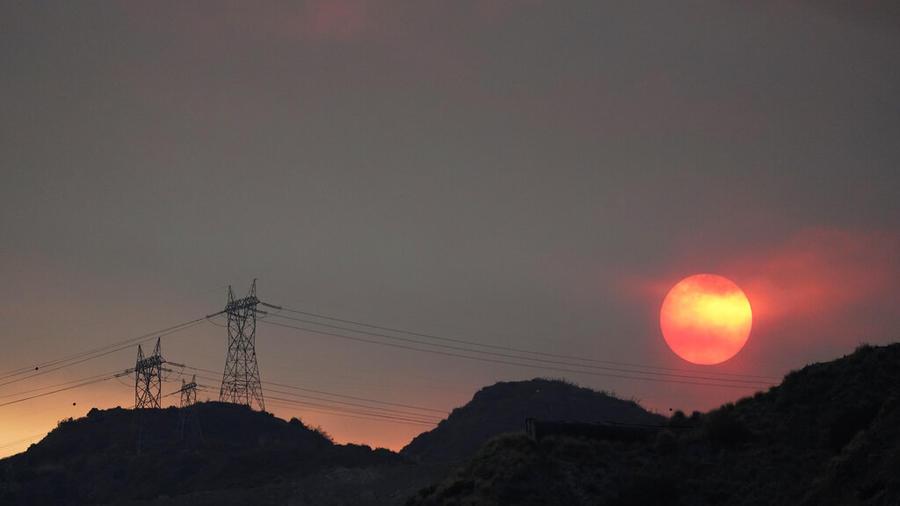 La puesta del sol de este jueves en Azusa, California, ofuscada por el humo de un incendio.