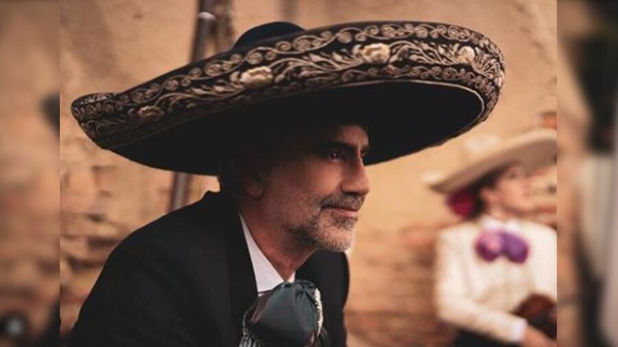 Alejandro Fernández de perfil y vestido de charro