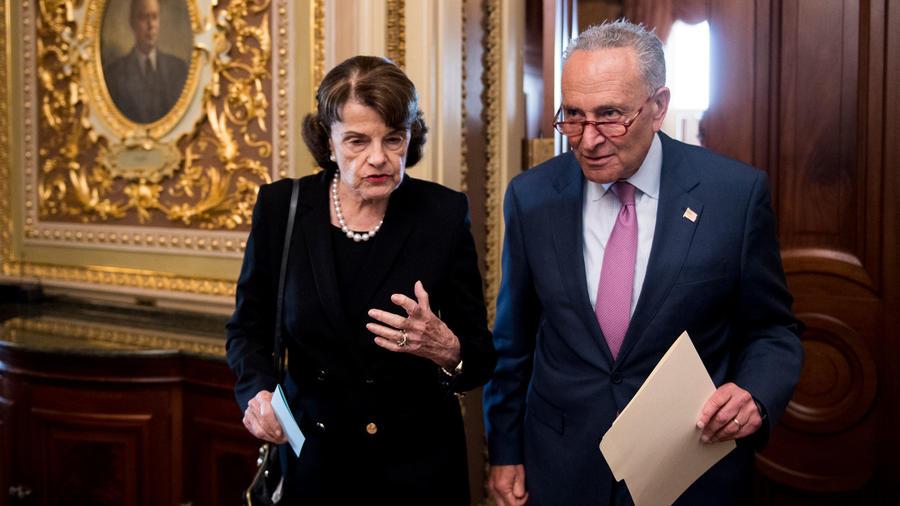 Senadora por California, Diane Feinstein, en una imagen de archivo junto con el líder de la minoría del Senador, Chuck Schumer.