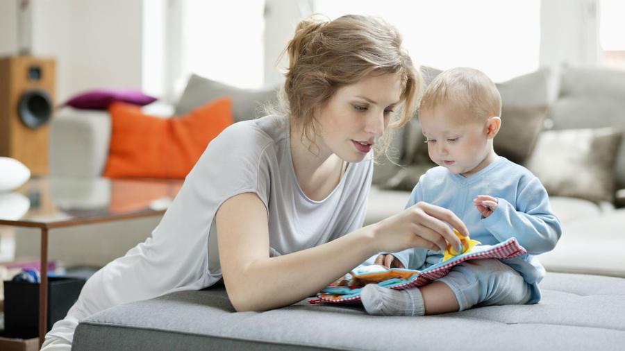 Mujer jugando con un bebé