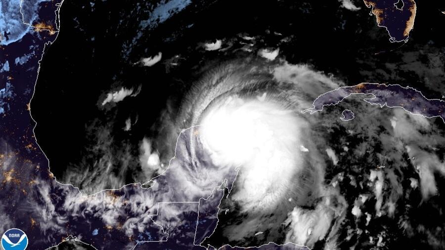Una imagen satelital del huracán Zeta, que tocó tierra en la noche de este lunes en la península de Yucatán.