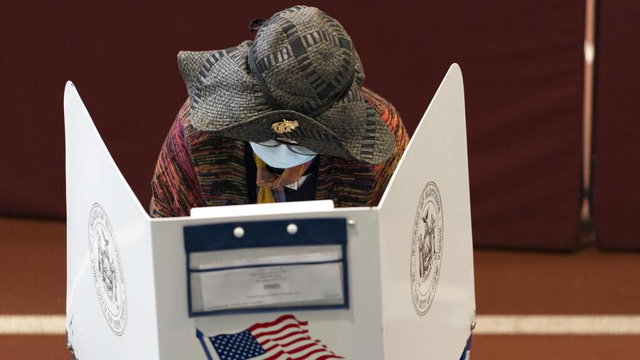 Una electora expresa su voto en persona, por adelantado, en Nueva York.