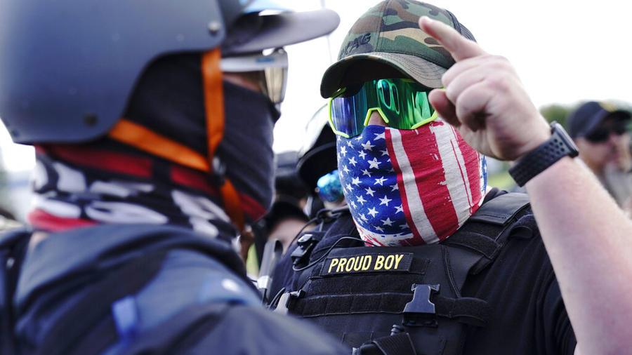 Un manifestante de los Proud Boys en Portland, Oregón