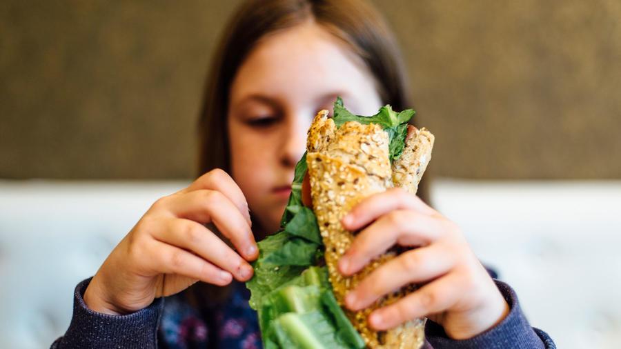 Niña con sándwich