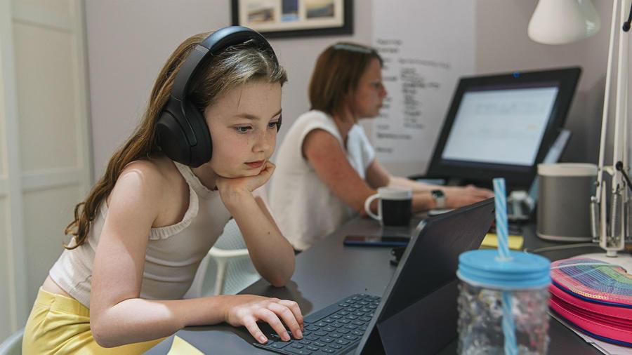 Mamá e hija frente a una computadora