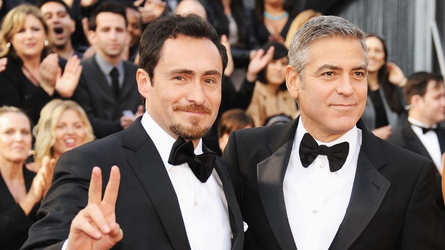 Demián Bichir, George Clooney en los 84 Premios de la Academia 2012 en Hollywood, California.